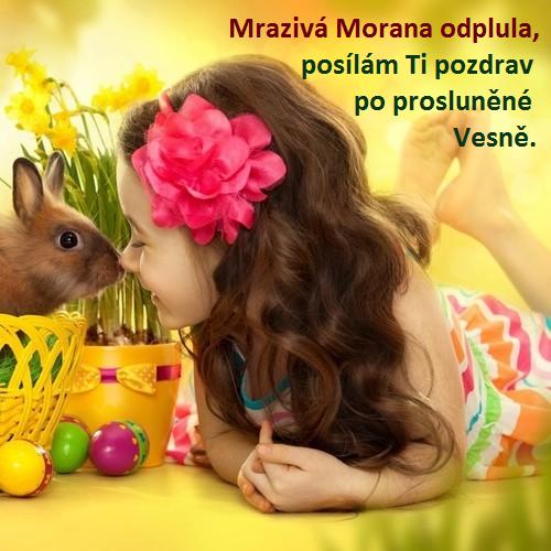 Dívenka s velikonočním králíkem a kraslicemi